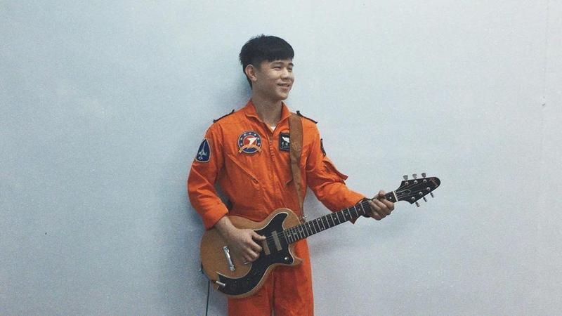朱冠甍除了是優秀駕駛,也與同袍組樂團擔任吉他手,經常到各社福機構表演。(翻攝自IG帳號tigersonic737)