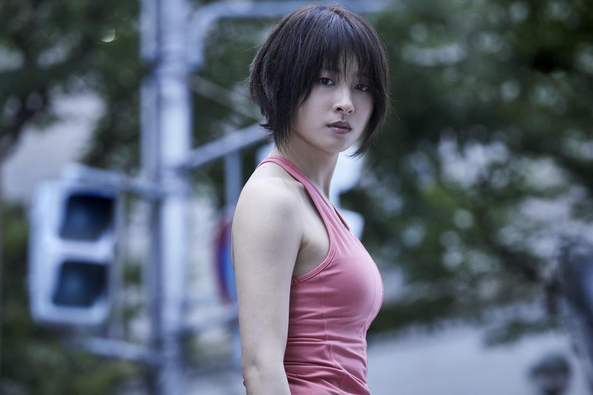 土屋太鳳飾演登山家宇佐木,與其他玩家在生存遊戲中結盟闖關。(Netflix提供)