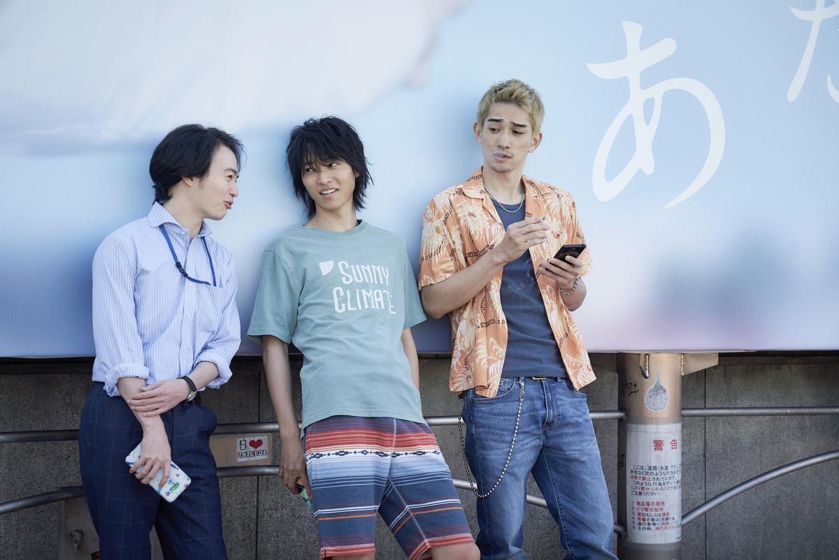 宅男有栖(中)與好友相約在東京澀谷,卻意外走入了另外一個異世界,被迫玩起生存逃脫遊戲。(Netflix提供)