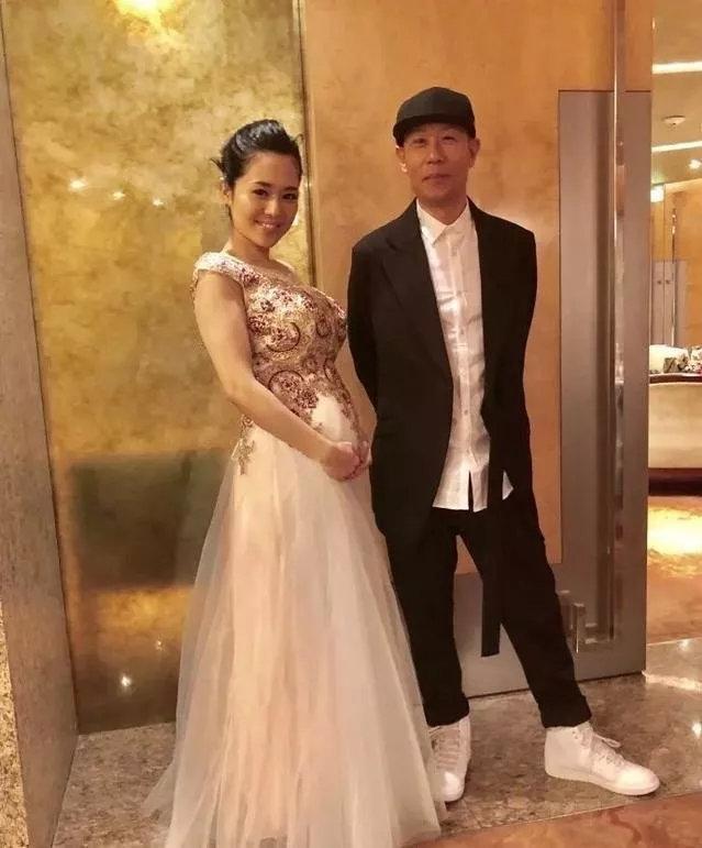 「平生不識蒼井空,人生到頭一場空」,日本前第一AV女優蒼井空(左)2018年宣告懷孕、結婚,擁有了自己的家庭。(翻攝自蒼井空Twitter)