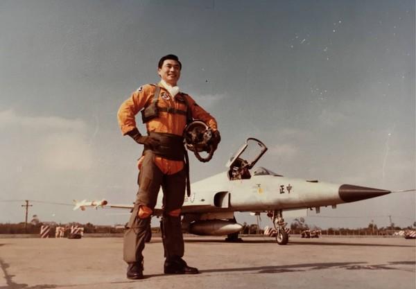 戰鬥機飛行員出身的馮世寬上過空軍月刊,身後就是F-5戰機。(翻攝自空軍月刊)