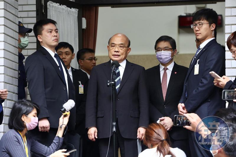 藍委一早就佔據主席台不讓蘇揆上台,讓蘇在議場外大罵國民黨領高薪卻不做事、對不起人民。