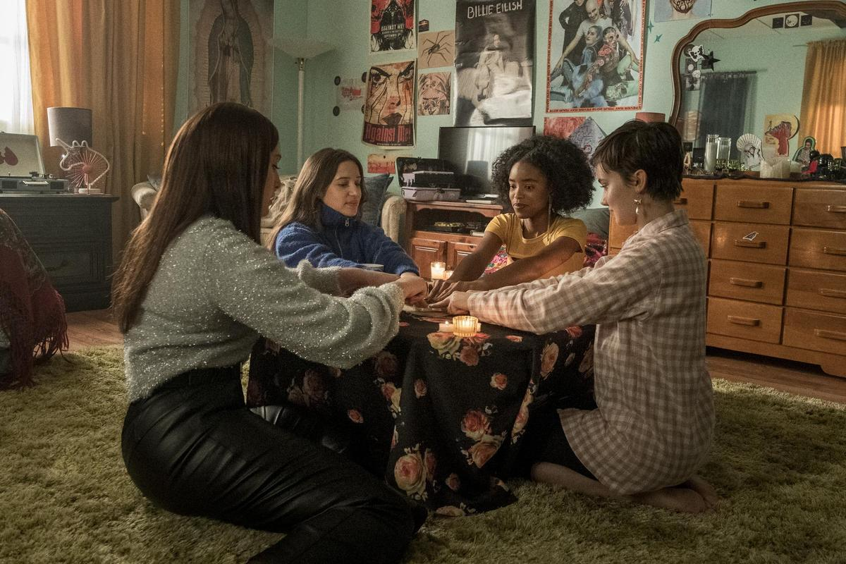 《入魔》傳說中,需要4個女生,才能舉行女巫聚會,號召出真正的法力。(索尼影業提供)