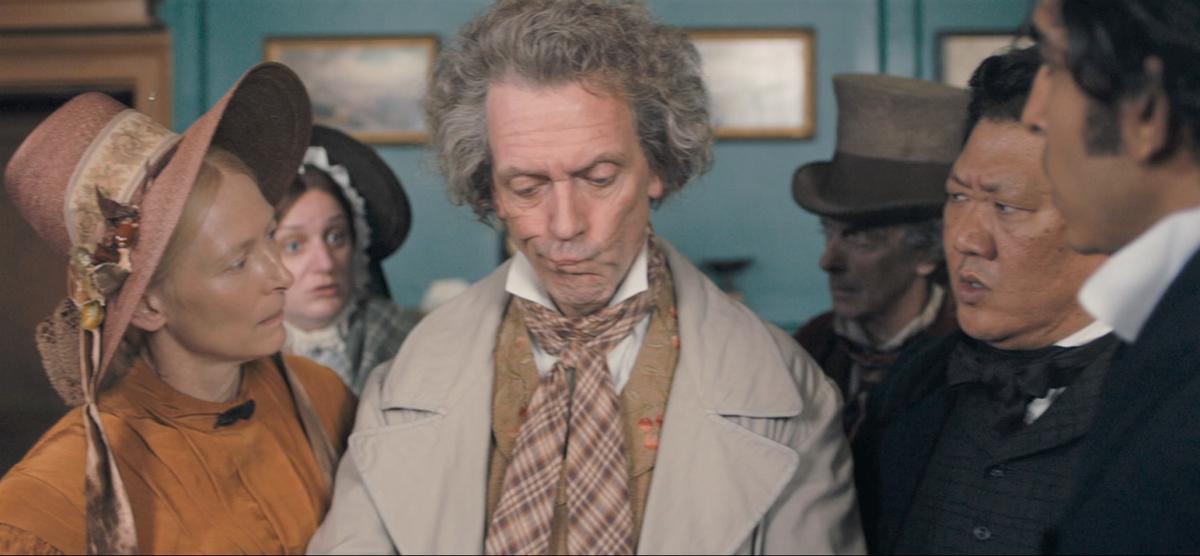 《狄更斯之塊肉餘生記》大衛的貝西姑媽與姑丈一家人,反映出上流社會的各種荒誕面貌。(車庫娛樂提供)