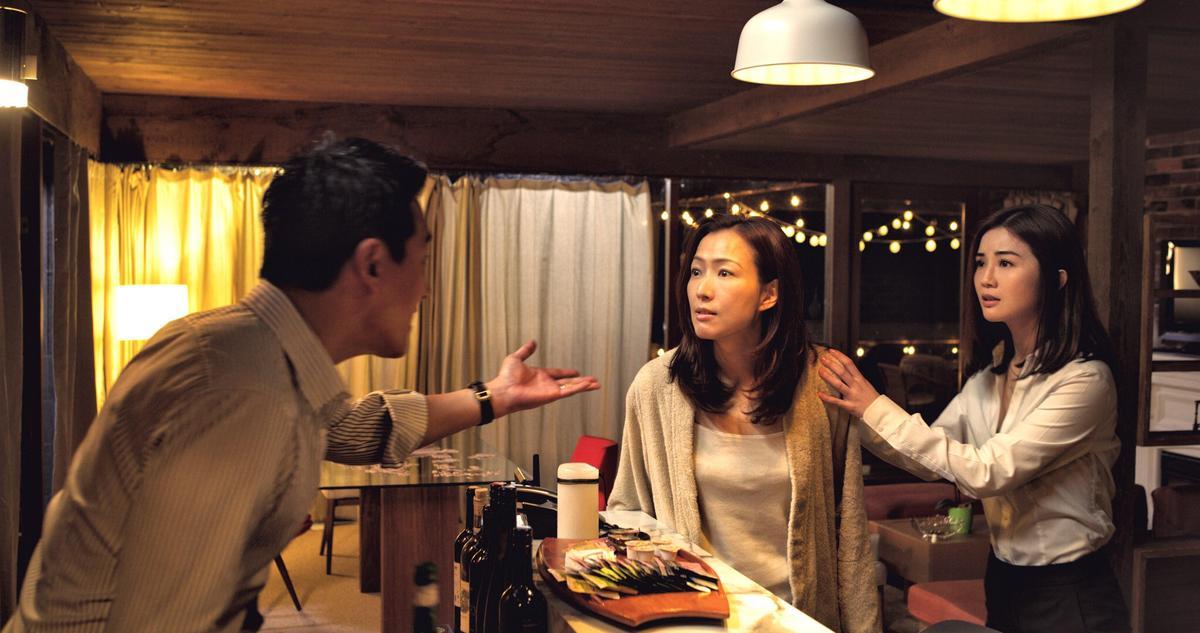 《聖荷西謀殺案》來自香港的阿欣(右)到聖荷西訪問故友阿玲(中),卻意外拆穿移民生活的完美謊言。(華映娛樂提供)