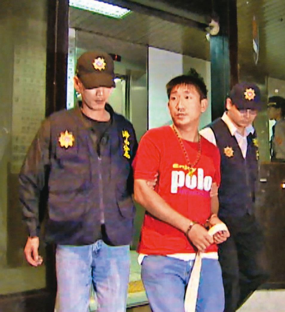 警方根據現場遺留的菸蒂DNA,確認殺手黃福生(中)的身分。(東森新聞提供)