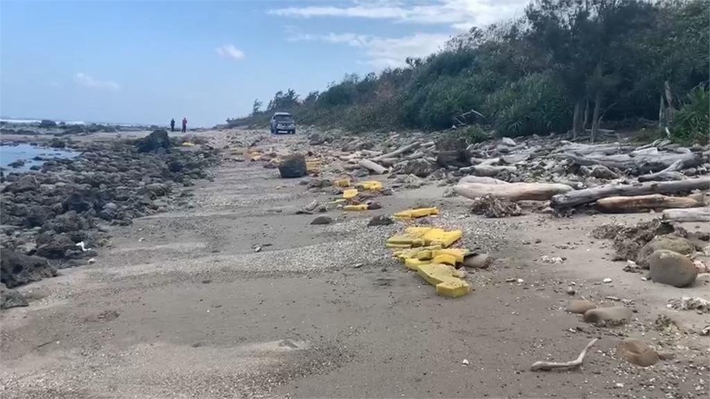 民眾在加路蘭海岸以北靠近九孔池處發現大量F-5E戰鬥機殘骸。(民眾提供)