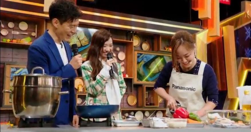 Jason Wang王凱傑(左)稱讚網紅陸巧因(右)刀工不輸一流廚師。(量子娛樂製作提供)