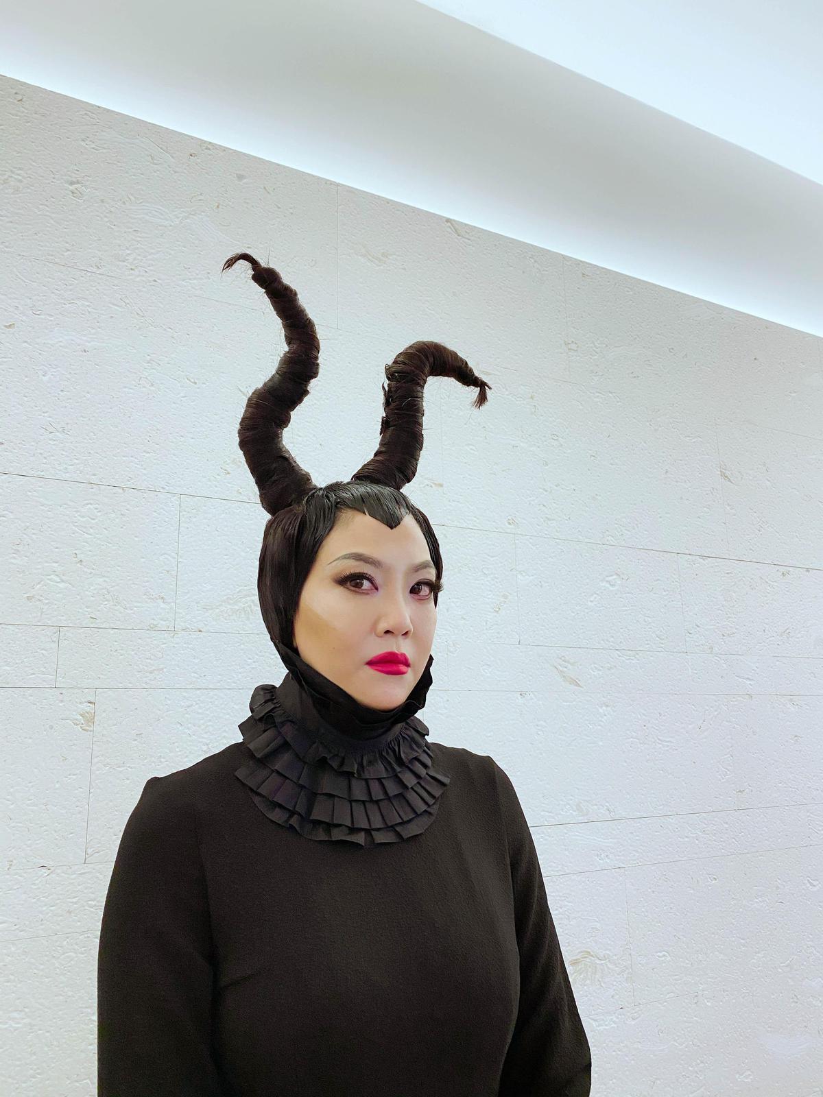 今日時逢萬聖節,吳依霖做特別企劃化身黑魔女。(喜鵲娛樂提供)