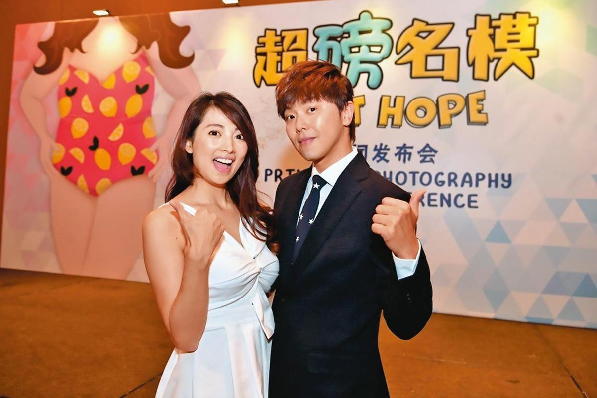 阿喜與小鬼到新加坡演出電影《超磅名模》,當時整個劇組只有他們2名台灣演員。(天晴娛樂提供)