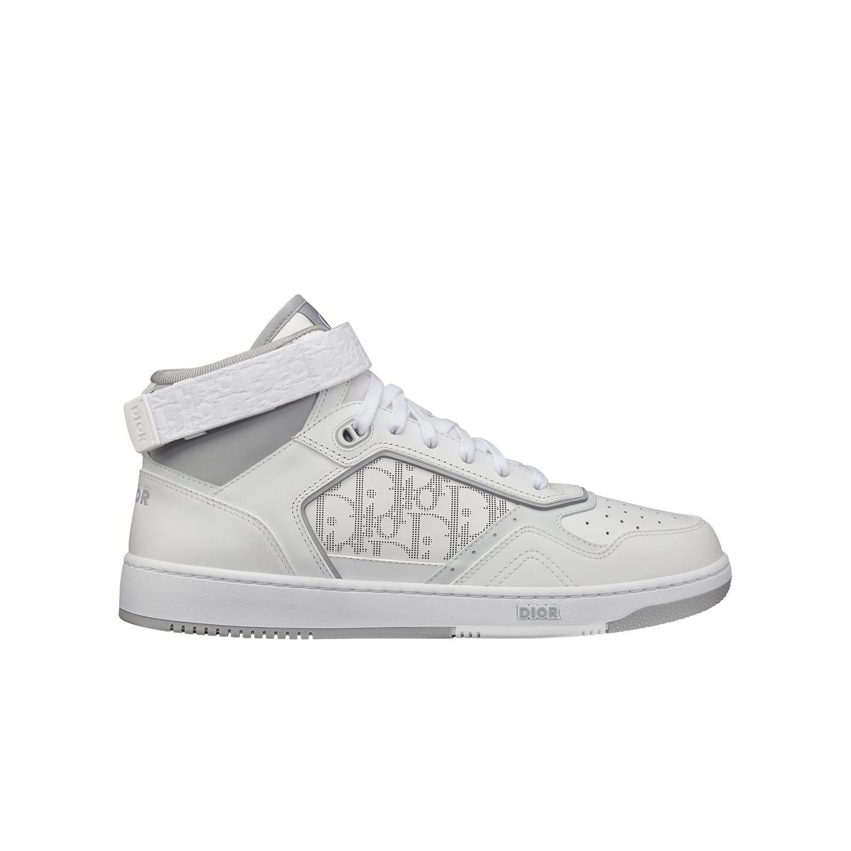 白色光滑小牛皮與Dior Oblique Galaxy雕紋中筒休閒鞋。NT$37,000(DIOR提供)