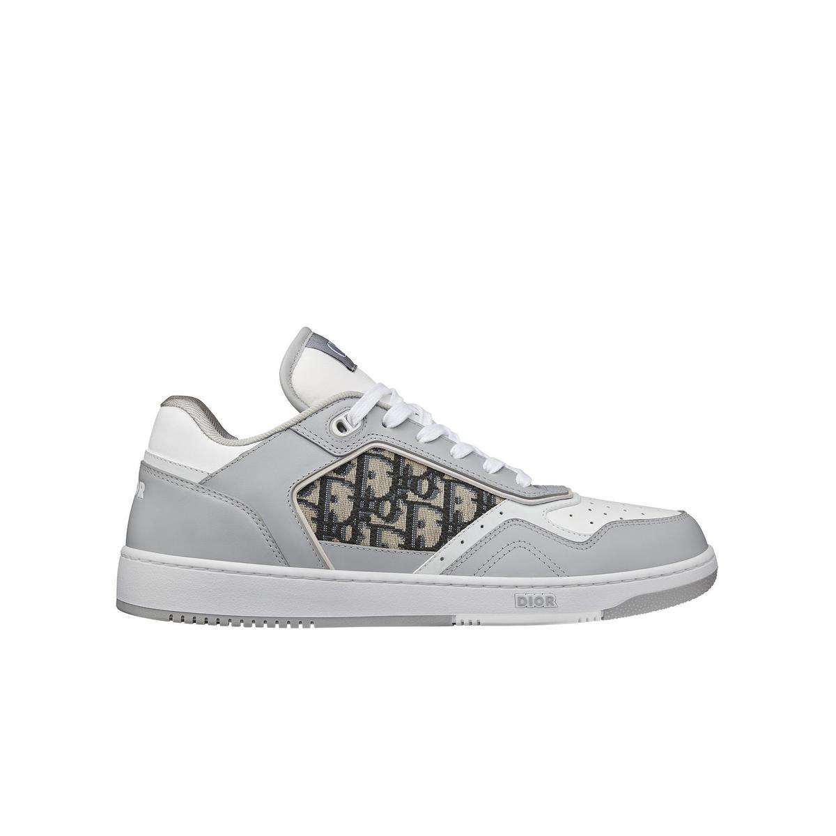 灰白色光滑小牛皮與Dior Oblique緹花低筒休閒鞋。NT$32,000(DIOR提供)