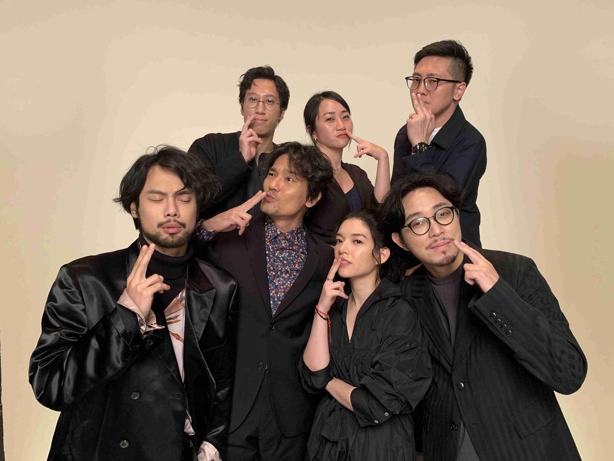 《手捲煙》是本屆入圍最多項目的港片,劇組由入圍男主角的林家棟(前排左二)領軍拍攝「榮耀計畫」。(金馬執委會提供)