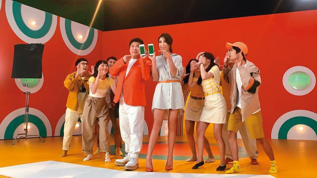胡瓜(左)合體小禎(右)為蝦皮代言,睽違30年又唱又跳拍MV。(蝦皮購物提供)