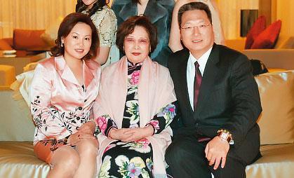 王令麟(右)在事業重新起飛之際面臨妻子蔡咪咪(左)訴離,他表示尊重蔡女士。圖中為王令麟母親陳佩芳。(翻攝王令麟部落格)
