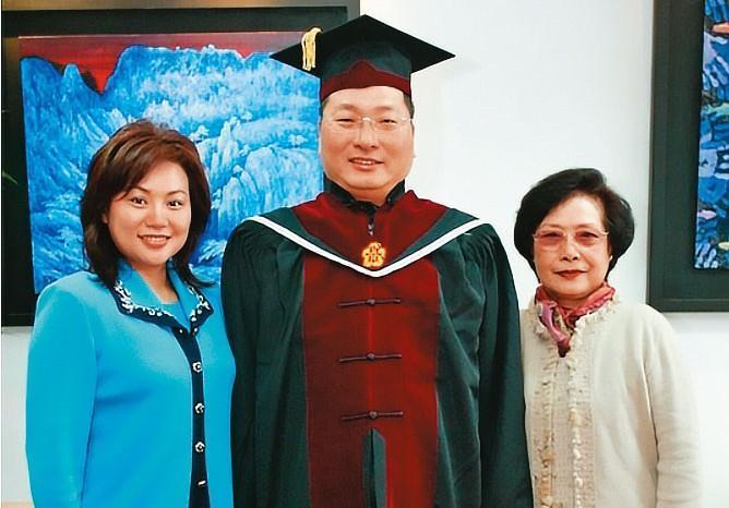 王令麟(中)強調,蔡咪咪(左)是永遠的至親家人。圖為2003年蔡咪咪與婆婆陳佩芳(右),陪王令麟受頒輔大名譽博士。(翻攝王令麟部落格)