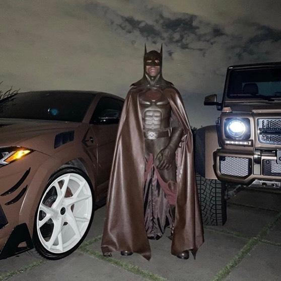 Travis Scott扮成《蝙蝠俠:白色騎士》的蝙蝠俠,卻遭網友恥笑。(翻設自Travis Scott IG)