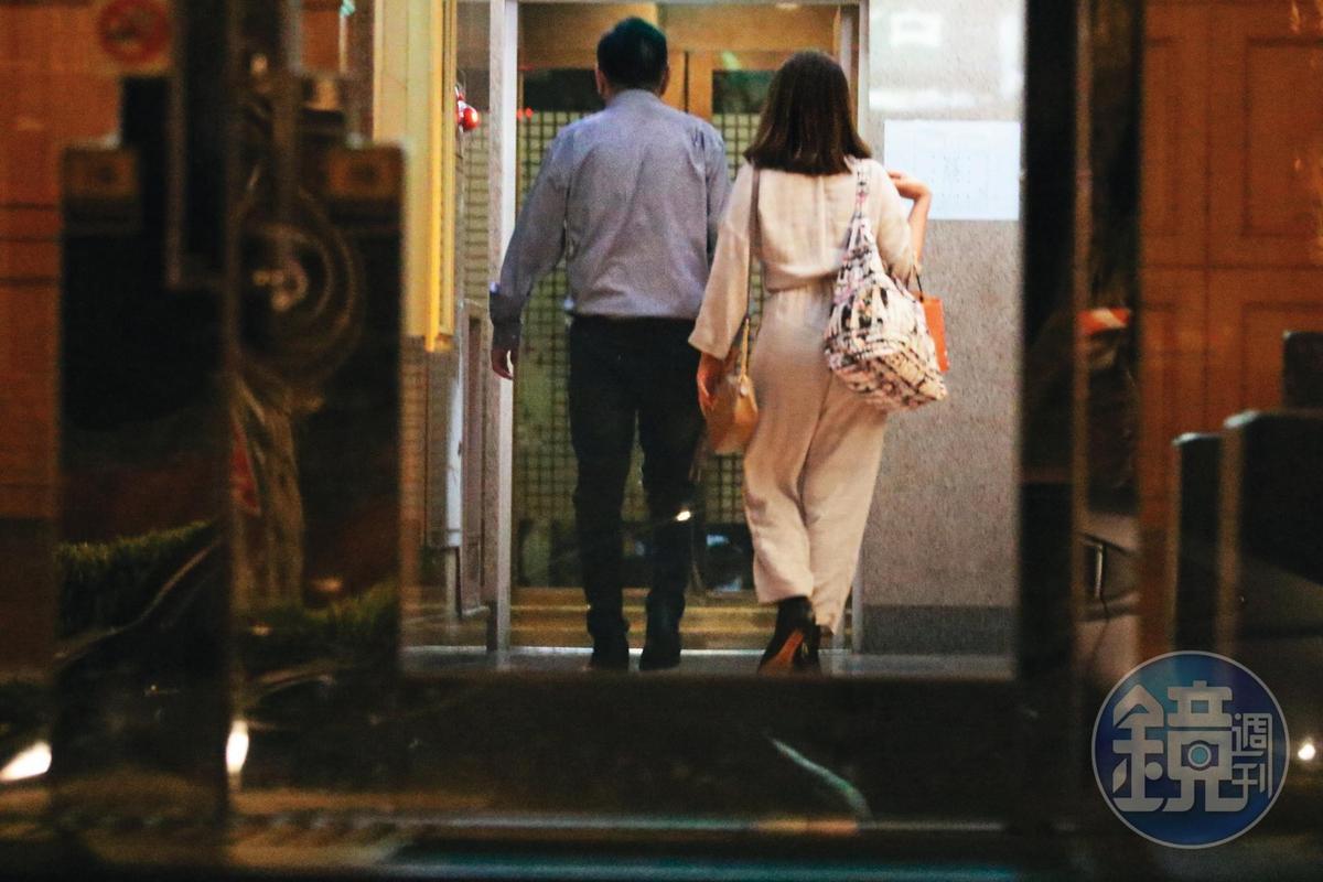 10/18 00:45 高國華(左)和濃妝妹(右)下車後,從停車場步行回家。