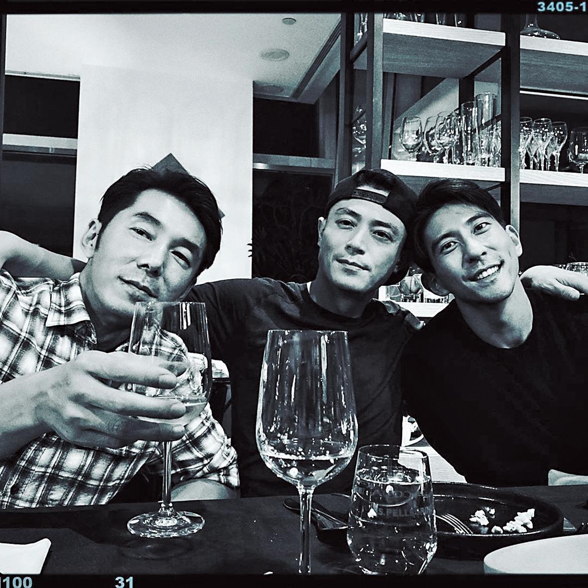 霍建華(中)出席陶子的生日宴,身邊不見林心如,只有李李仁(左)、修杰楷(右)等男性友人,這張照片同樣引起討論。(翻攝自陶晶瑩IG)