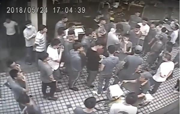 知名餐廳台南擔仔麵女婿周文保爆欠款逾億,曾有大批黑衣人前往討債。(翻攝畫面)