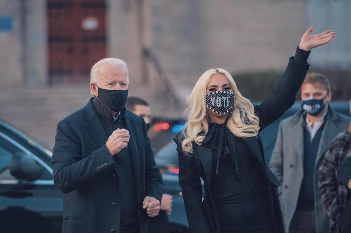拜登(左)選前之夜在賓州找來女神卡卡(右)站台固樁。(翻攝自Lady Gaga臉書)