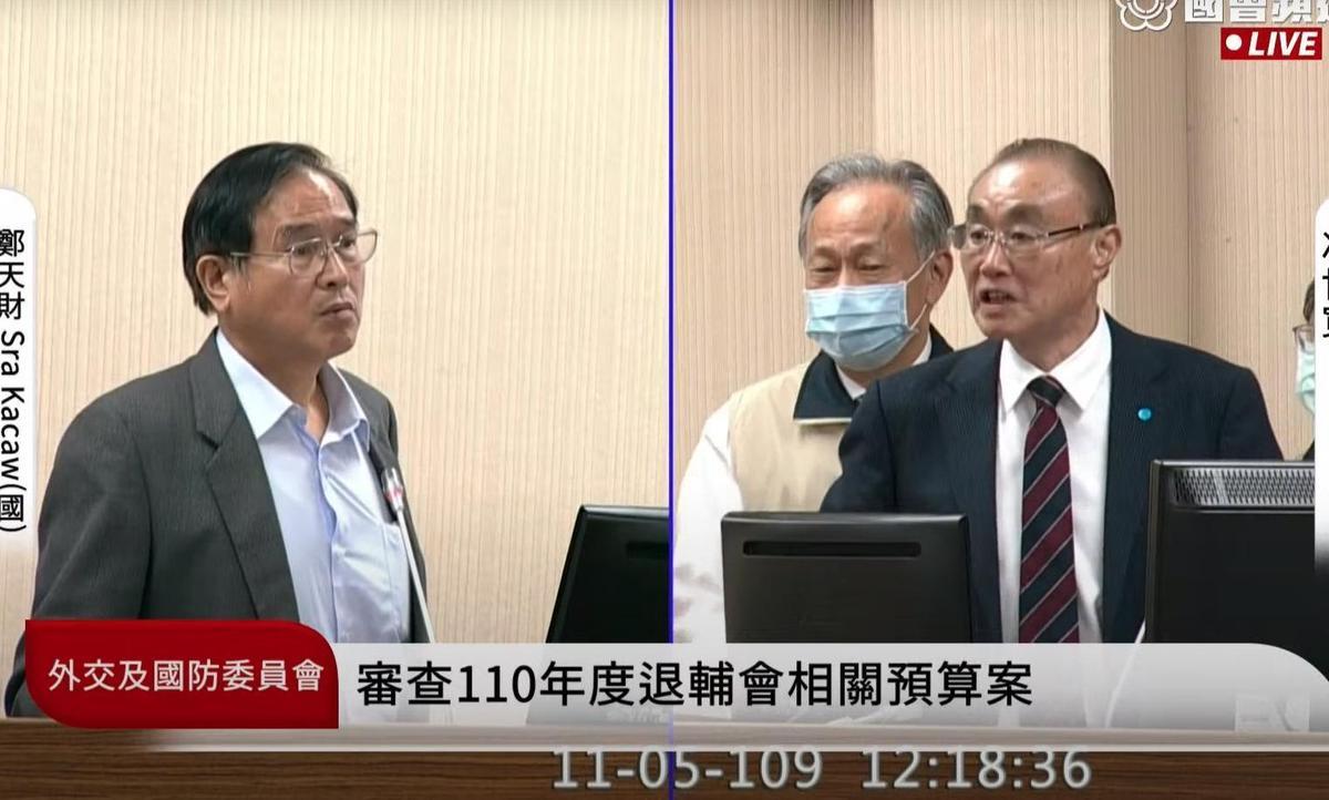 鄭天財(左)與馮世寬(右)昨在立院爆發肢體衝突。(翻攝自立法院直播)