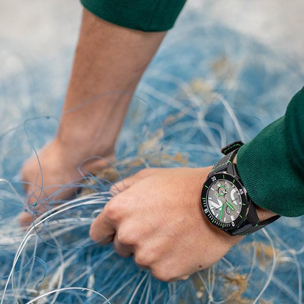 除了機芯之外,Diver Net從錶殼、錶圈、面盤玻璃到錶帶,採用的都是海洋回收塑料材質,將環保物料的概念落實的很徹底。