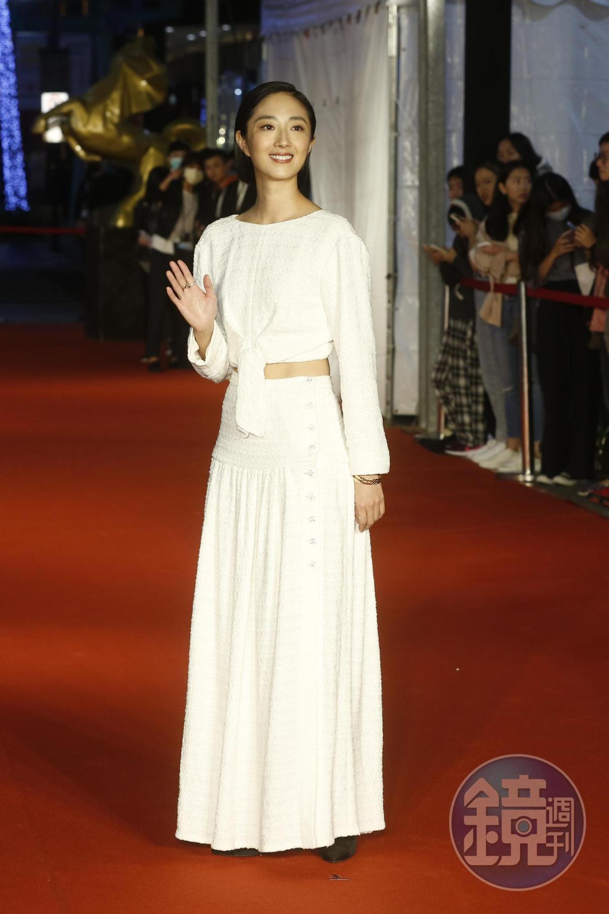 桂綸鎂白色長裙優雅現身,但戲裡她卻自認是位「肖婆」。