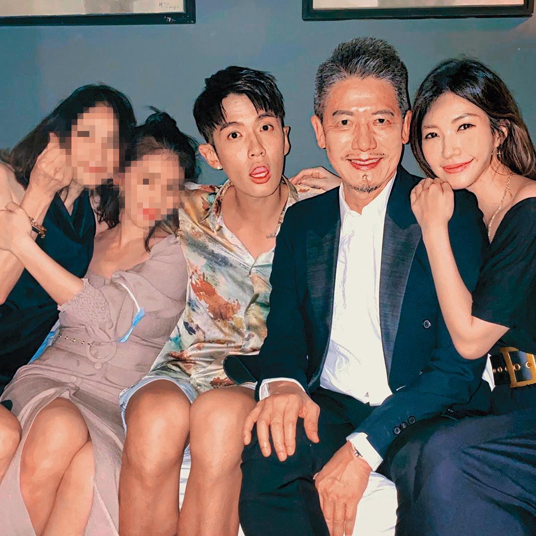 因為蘇見信的關係,WeiWei(右一)在娛樂圈可說朋友滿天下,她與柯震東(中)父子等人交情亦不淺。(翻攝自WeiWei IG)