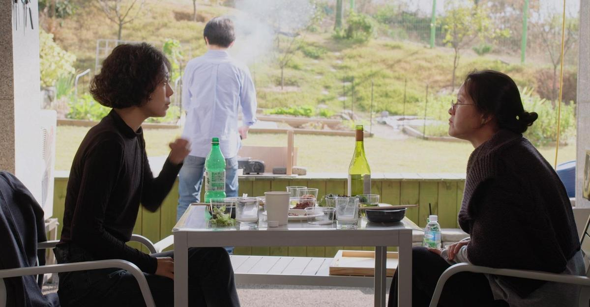 《逃亡的女人》全面女性觀點極深,片中出現的男性角色大多只有背面。(可樂電影提供)