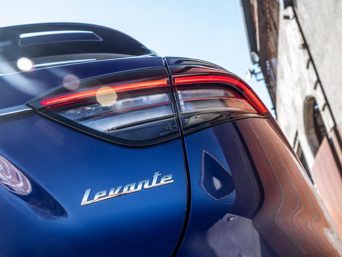 2021年式Levante 在外觀上最引人注目的,莫過於全新設計的Boomerang旋鏢型LED尾燈。
