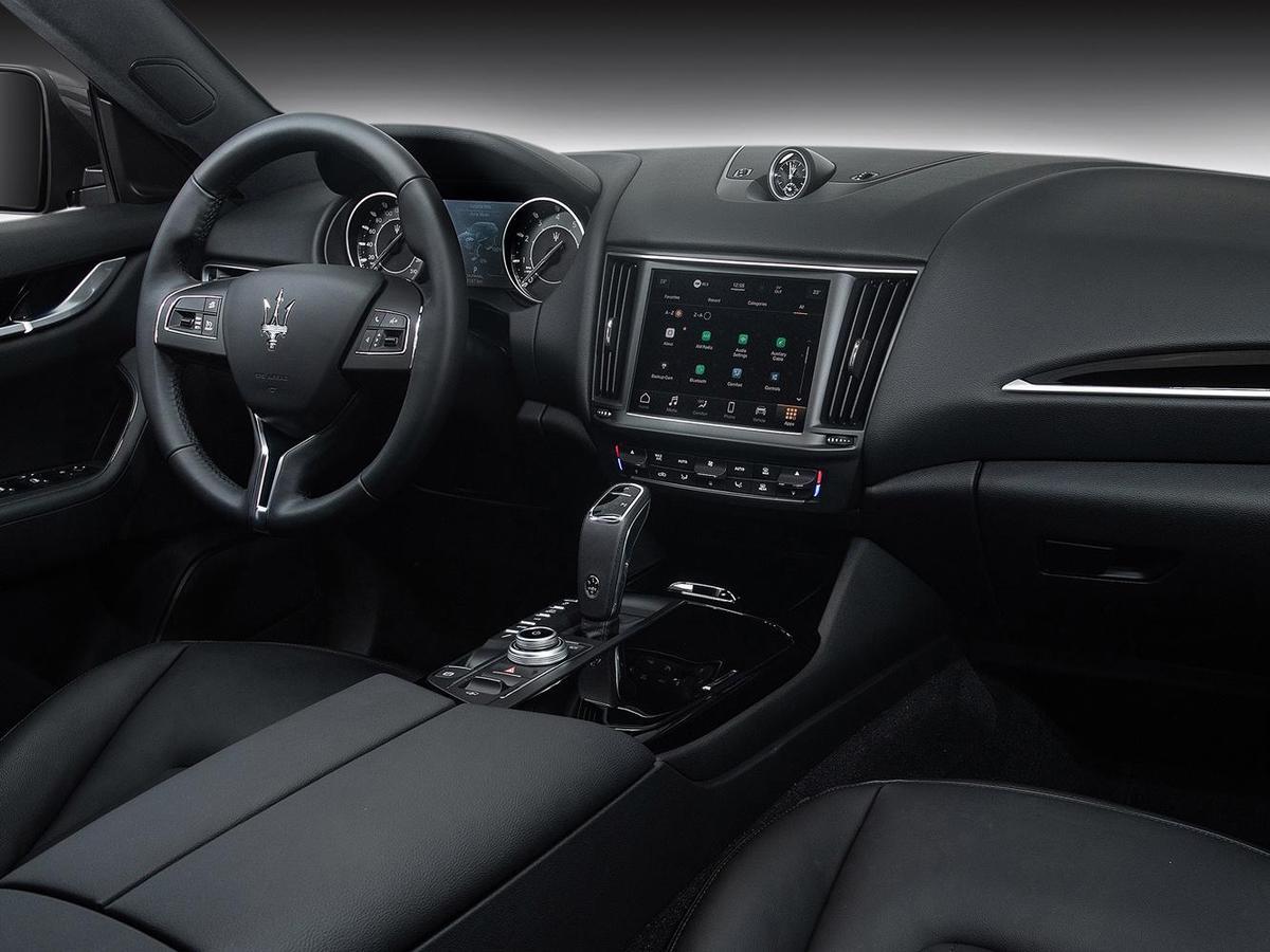 登入車室,置於儀表檯中央的嶄新Maserati Intelligent Assistant (MIA) 系統,以及全新打造的數位儀錶板,立刻成為目光焦點。