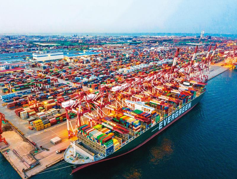 宅經濟大爆發,全球物流供需吃緊,以遠洋航運為主的長榮受惠大。(東方IC)