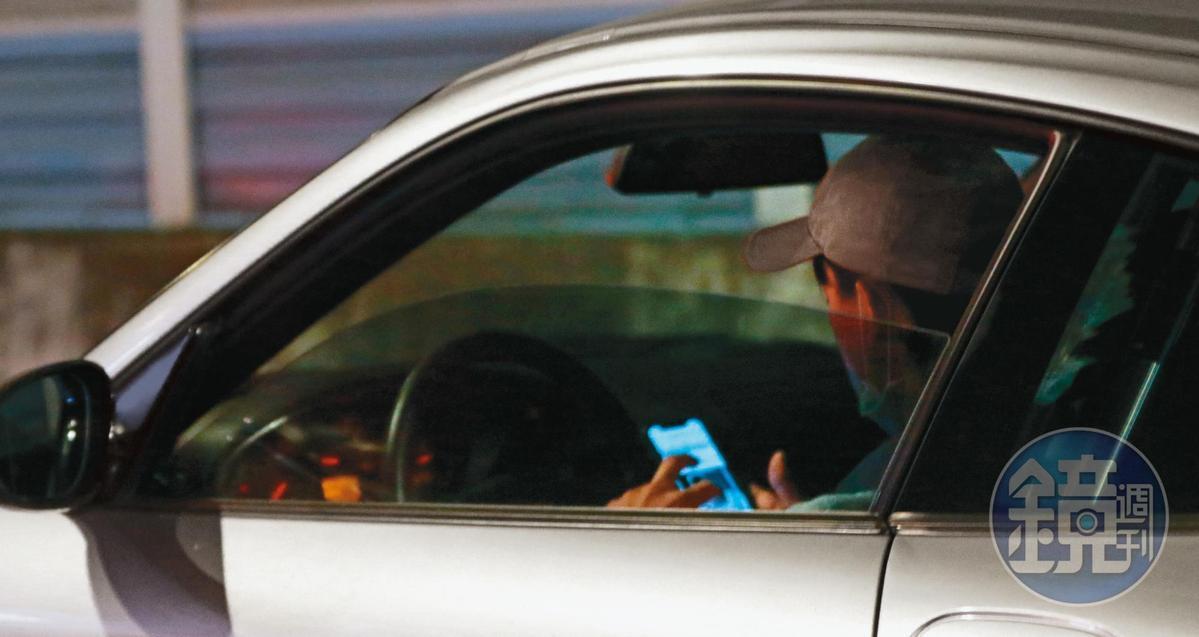 11月4日22:08,開車離開邵雨薇家,吳慷仁(圖)等紅燈時邊看車子的相關資訊,趁獨自一人鑽研興趣。