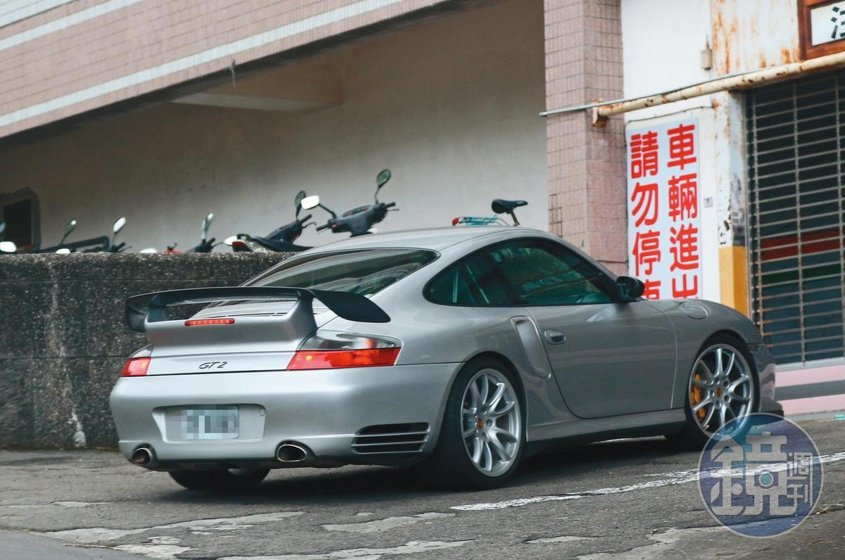 11月4日15:04,吳慷仁與邵雨薇的約會模式,都是男生開車,載著女生到她家約會。