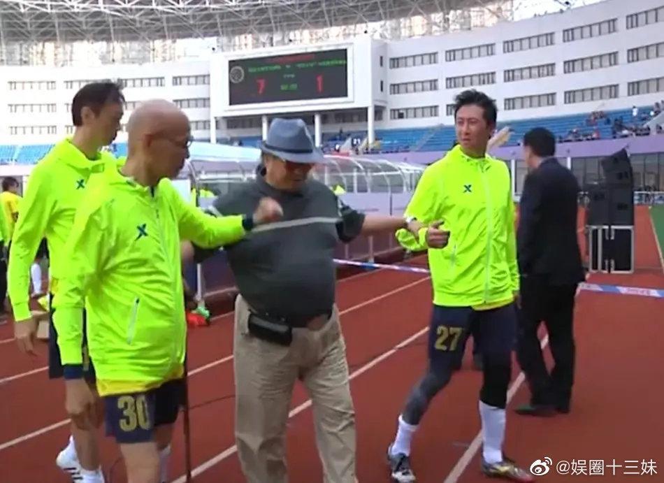 洪金寶日前出席兒子足球比賽,他在場邊拄拐杖移動的照片也隨之曝光。(翻攝微博)