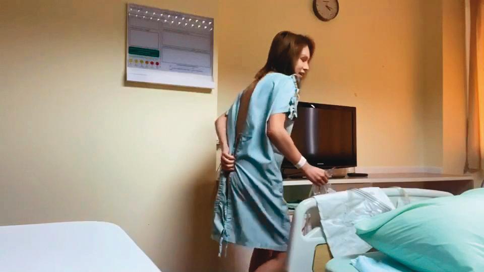 手術完成後,小A辣躺床7天,終於可以下床走動,手上還拿著尿袋。(小A辣提供)