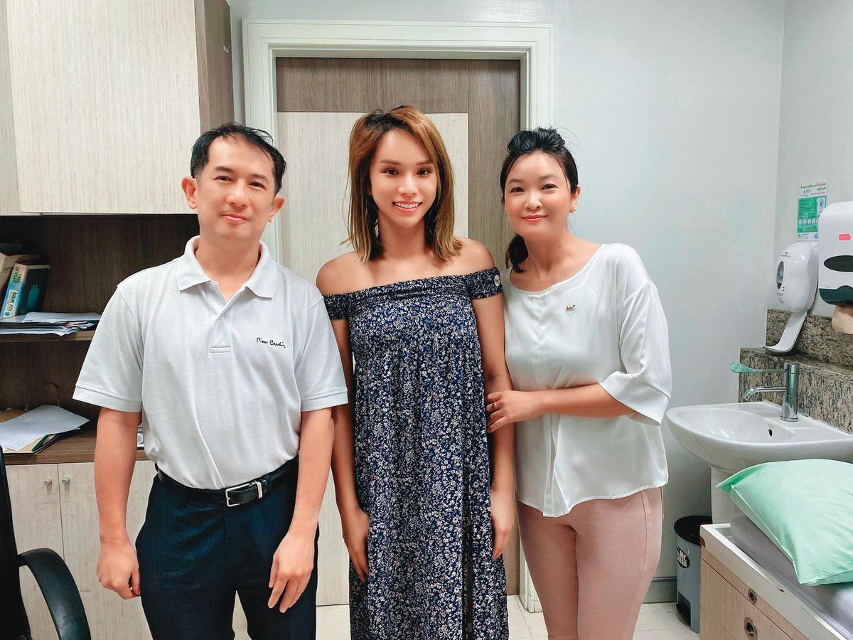 小A辣(中)在泰國變性手術後,和醫師(左)與代辦合照。(小A辣提供)