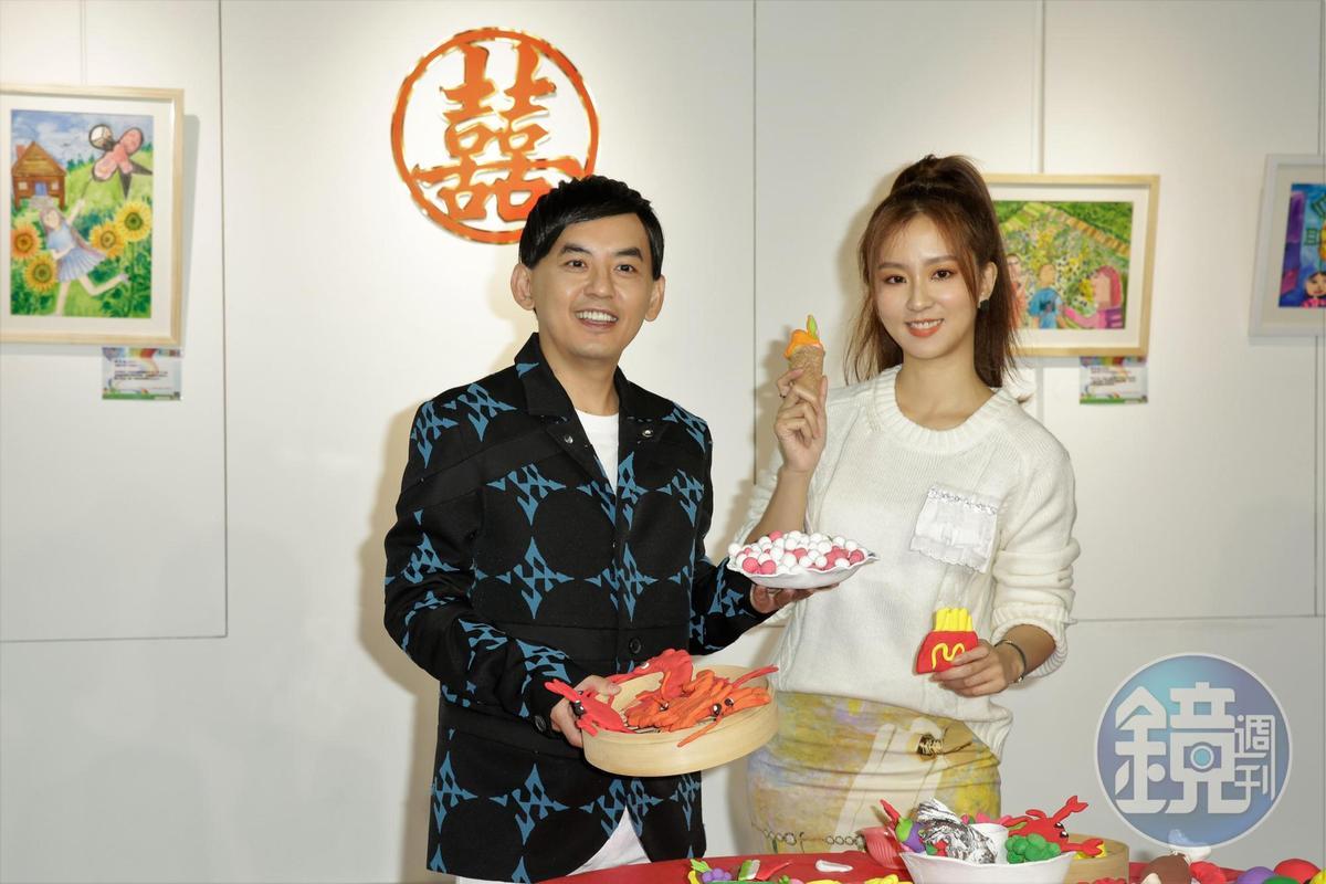 黃子佼找周曉涵(右)一起參與育成基金會特別舉辦系列繪畫比賽活動及巡迴畫展。