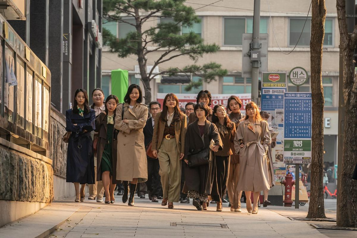 《菜英文沒在怕》中女職員的造型與最近流行復古穿搭很接近。(車庫娛樂提供)