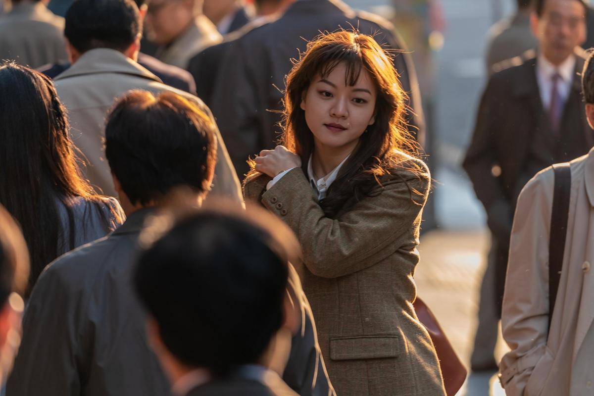 高我星在電影中以褐髮示人,但其實90年代韓國社會風氣保守,鮮少有人染髮。(車庫娛樂提供)