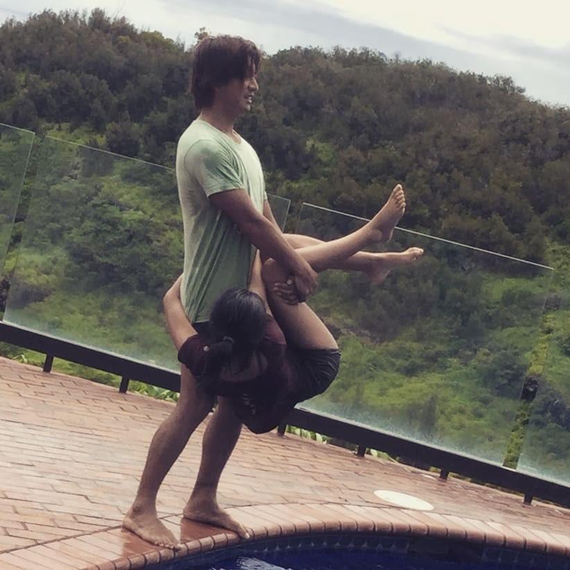 光希分享老爸木村試圖將她扔入水池中的照片,惹笑不少網友。(翻攝自光希IG)