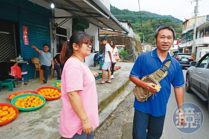 10年沒回原生家庭的周子飛(右)回到五峰鄉,鄰人一眼便認出他。