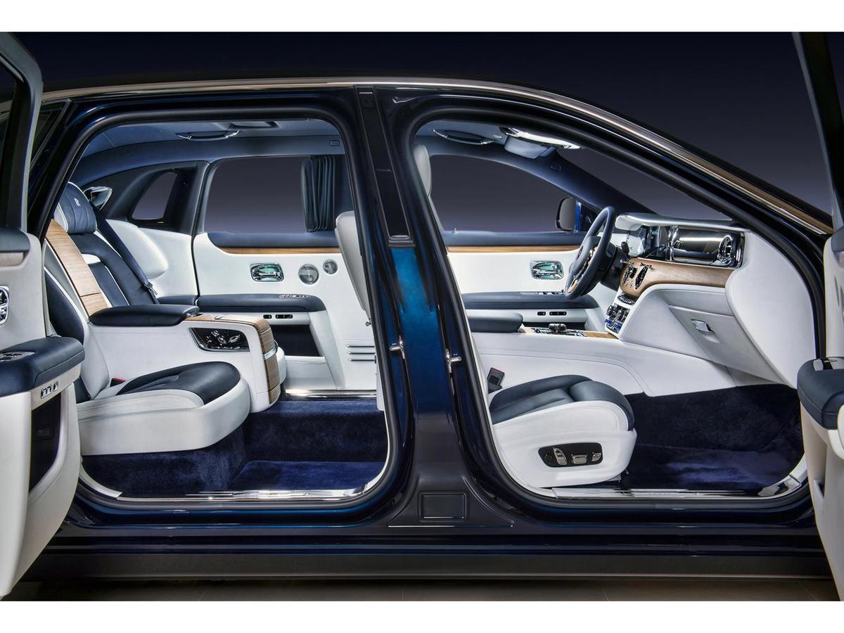 經典對開式車門設計,自動關閉與全新輔助開啟功能讓尊榮感更加貼心。