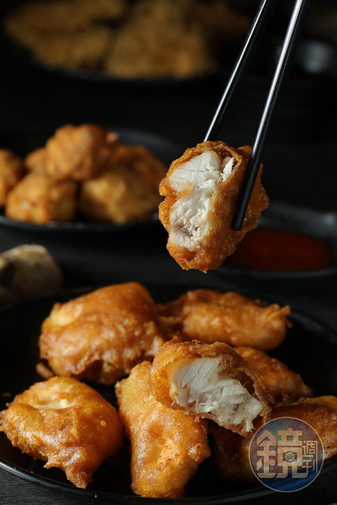 「炸旗魚」薄脆外殼裹著鬆嫩魚肉,形成絕妙反差,還可蘸番茄醬,老少都愛死它。(180元/份)