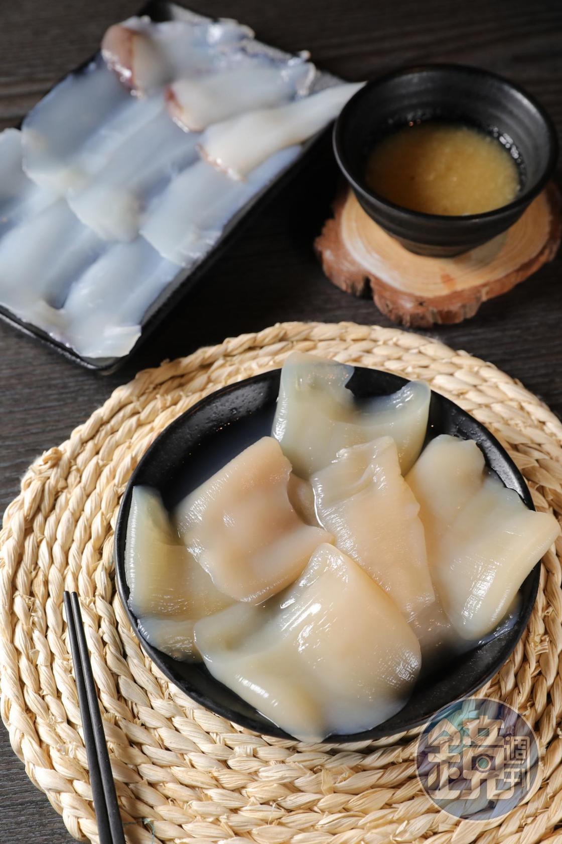 「象拔蚌」(前,160元/份)「軟絲」(後,140元/份)涮後都走脆嫩路線,跟清爽系湯頭很速配。