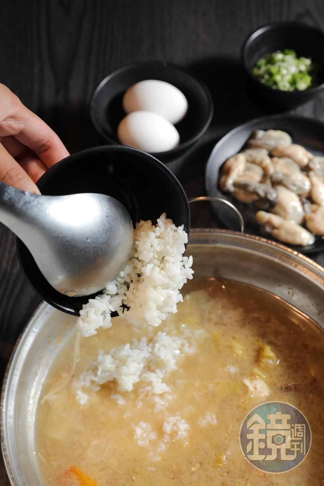 吃到最後的湯底別浪費,還能點份「白飯」(15元/碗)、「青蚵」(140元/份),來煮個鮮味爆炸的台式雜炊。
