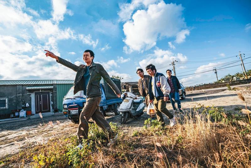劉冠廷(左起)、鄭人碩、納豆、施名帥主演的《同學麥娜絲》靈感來自黃信堯紀錄片《唬爛三小》(右圖)。(甲上提供)