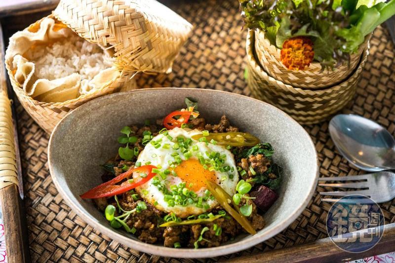 蒸糯米飯和生菜是泰式家庭常備食材,在「烤寨」的泰式料理中吃得到泰菜精髓。