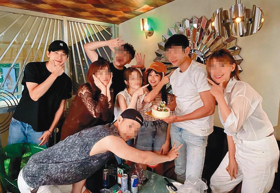 今年8月,徐凱希(右3)帶著男友(左1)參加朋友的生日聚會。(翻攝自徐凱希IG)